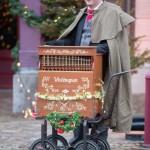 Dickens orgelman kerst entertainment muziek kerstman accordeon draaiorgel