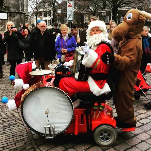 Muzikale Kerstman kerstmuziek huren accordeon santa